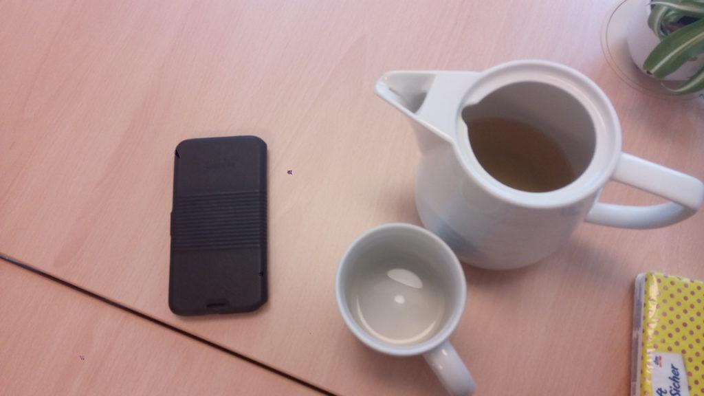 Handy und Teekanne